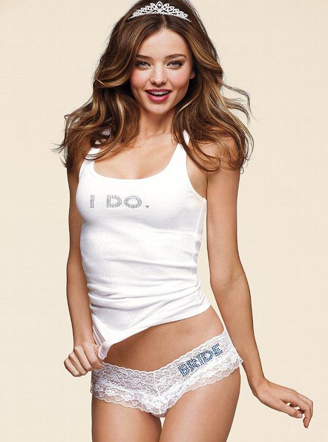 Victoria's Secret luôn biết cách hâm nóng vẻ đẹp sexy của phái đẹp. Mới đây hãng vừa tung ra một bộ sưu tập đặc biệt dành cho cô dâu trong buổi tối tân hôn. Người được lựa chọn làm người mẫu cho BST này chính là thiên thần Miranda Kerr. Vì đã từng kết hôn, đã từng có trải nghiệm tối tân hôn thú vị nên Miranda Kerr là sự lựa chọn hoàn toàn chính xác của VS.
