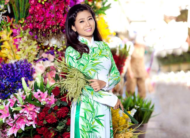 Mai Phương khoe vẻ đẹp dịu dàng, vóc dáng nhỏ nhắn với trang phục truyền thống.