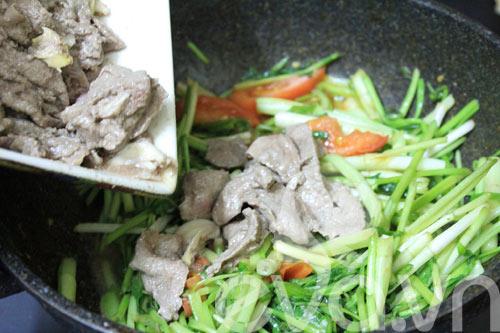 Ngon cơm với rau cần xào thịt bò - 7