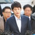 Làng sao - Park Shi Hoo phờ phạc lộ diện tại sở cảnh sát