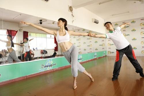 Ngọc Quyên khoe vòng eo săn chắc trên sàn tập nhảy