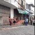 """Tin tức - """"Sốc"""" với clip vợ đánh chồng dã man giữa đường"""