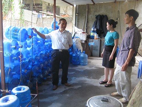 Nước uống đóng bình: Rẻ liệu có sạch?-1
