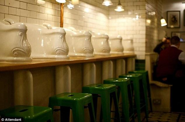 Toilet nam vụt hóa quán cafe hạng sang-1