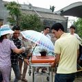 Hỗn loạn tại đám tang cháu bé bị ông nội thiêu sống