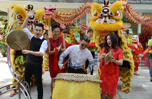 "vo chong thuy hanh ""tron con"" di tiec - 3"