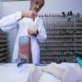 Thời trang - Cận cảnh chế tác bằng tay giày Louis Vuitton