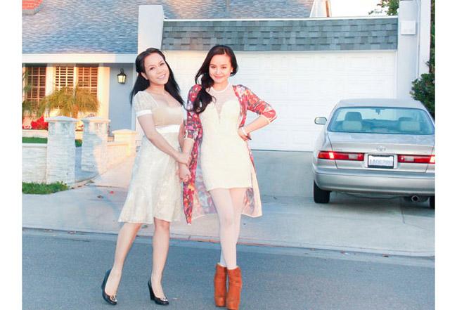 Danh hài Việt Hương cùng chồng là nhạc sĩ Hoài Phương và con gái Elyza Phương Vy 3 tuổi hiện đang sống trong một ngôi nhà xinh xắn nằm trong một khu đô thị mới ở miền Nam California.  Bài liên quan:  Bất động sản đình đám của nhà vợ Thanh Bùi  Soi kỹ 2 căn hộ xa xỉ của Cao Thái Sơn  Cơ ngơi 'hái ra tiền' của sao Việt ở Mỹ  Ghen tị khối tài sản triệu đô của Mỹ Lệ  Soi biệt thự đắt giá của Jennifer Aniston