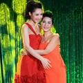 Làng sao - Mỹ Linh ôm chặt con gái Anna Trương trên sân khấu
