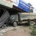 Tin tức - Xe tải tông liên tiếp 5 nhà, thai phụ gặp nạn