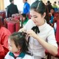 Làng sao - Ngọc Hân tết tóc cho các em nhỏ