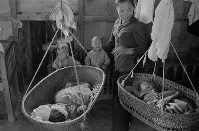 Cuộc sống trong thời chiến của người dân Việt Nam những năm 1960-1970 đã được nhiếp ảnh gia Thomas Billhardt (người Đức) ghi lại một cách chân thực. Trong ảnh là những đứa trẻ đang khóc đòi mẹ.