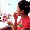 Làm đẹp - Cô gái xinh đẹp thích ăn sữa rửa mặt