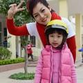 Làng sao - Con gái Thái Thùy Linh tự tin bên mẹ