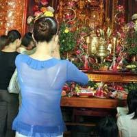 Chị em lễ chùa: Đừng  ' phô '  da trần
