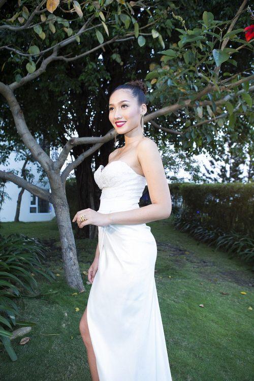 Siêu mẫu Khánh Ngọc sexy với váy xẻ sâu-5