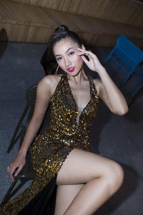 Siêu mẫu Khánh Ngọc sexy với váy xẻ sâu-9
