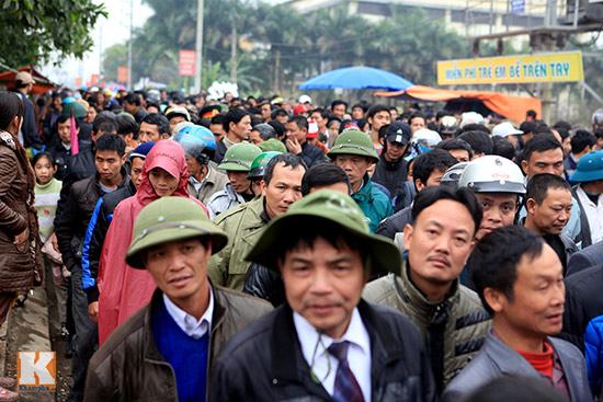 Đội mưa xem lễ hội chọi trâu đầu tiên tại Hà Nội-1