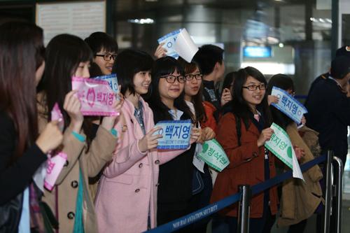 Baek Ji Young mệt mỏi tại sân bay Nội Bài - 1