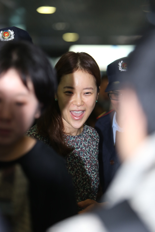 Baek Ji Young mệt mỏi tại sân bay Nội Bài - 10