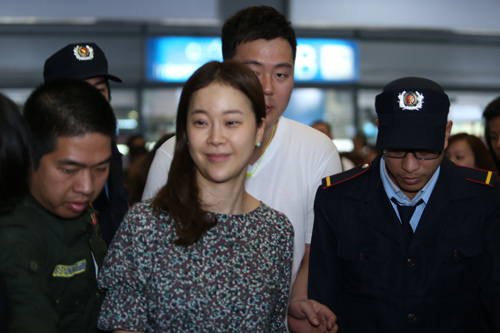 Baek Ji Young mệt mỏi tại sân bay Nội Bài - 11