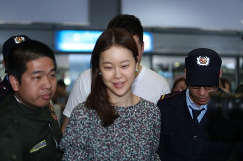 Baek Ji Young mệt mỏi tại sân bay Nội Bài - 12