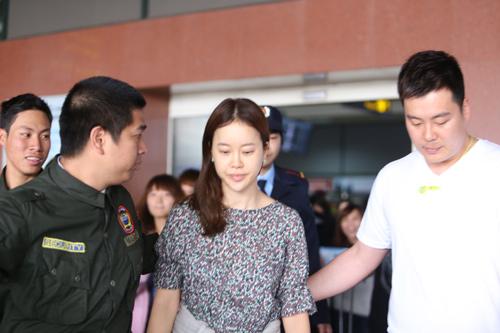 Baek Ji Young mệt mỏi tại sân bay Nội Bài - 13