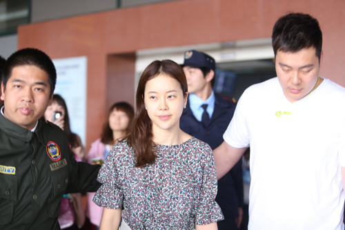 Baek Ji Young mệt mỏi tại sân bay Nội Bài - 14