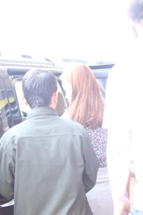 Baek Ji Young mệt mỏi tại sân bay Nội Bài - 15