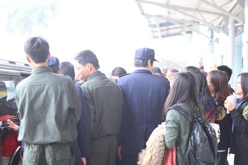Baek Ji Young mệt mỏi tại sân bay Nội Bài - 16