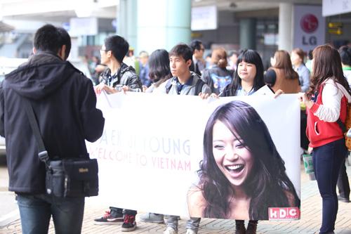 Baek Ji Young mệt mỏi tại sân bay Nội Bài - 6