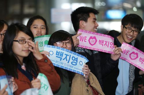 Baek Ji Young mệt mỏi tại sân bay Nội Bài - 2