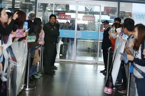 Baek Ji Young mệt mỏi tại sân bay Nội Bài - 3