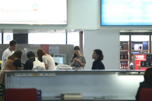 Baek Ji Young mệt mỏi tại sân bay Nội Bài - 7