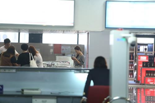 Baek Ji Young mệt mỏi tại sân bay Nội Bài - 8