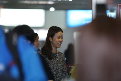 Baek Ji Young mệt mỏi tại sân bay Nội Bài - 9