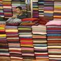 Thời trang - Dạo chợ Hôm: Muôn vải đẹp may váy midi