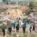 Tin tức - Nắn dòng suối, xây cầu tạm cạnh cầu treo bị sập