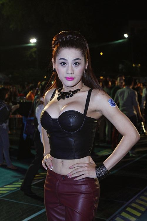 lam chi khanh khoe eo thon, nguc cang tron - 3