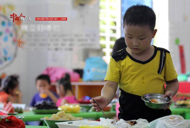 """Cha mẹ Trung Quốc ngày nay dường như đã """"bớt"""" chiều con và nhận ra lợi ích của việc dạy trẻ tự lập. Một số trường học đã bắt đầu tổ chức một hoạt động vô cùng độc đáo mang tên """"Ngày tự lập"""". Trẻ em sau khi hoàn thành """"Ngày tự lập"""" này sẽ được coi như """"tốt nghiệp"""" để chia tay cuộc sống trẻ con, trở thành những cô bé, cậu bé đã lớn và bước qua thời còn cần bố mẹ chăm bẵm.  Lần đầu tiên các bé phải tự rời khỏi nhà, qua đêm trong khuôn viên trường, đối mặt với những bữa ăn tối tự chọn, tự tắm rửa, mặc quần áo và lên giường đi ngủ như một người lớn thực thụ."""
