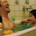 """Làm mẹ - """"2 bố con mình cùng... nude đi!"""""""