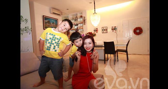 Thành công trong cuộc sống và hạnh phúc với gia đình nồng ấm, Á hậu quý bà thế giới 2011 Thu Hương cònkhiến nhiều người ghen tị vì 'sở hữu' hai cậu con trai vô cùng khôi ngô, thông minh và rất yêu thương mẹ.