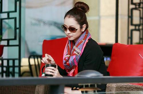 Jennifer Phạm thanh lịch đi uống cà phê-10