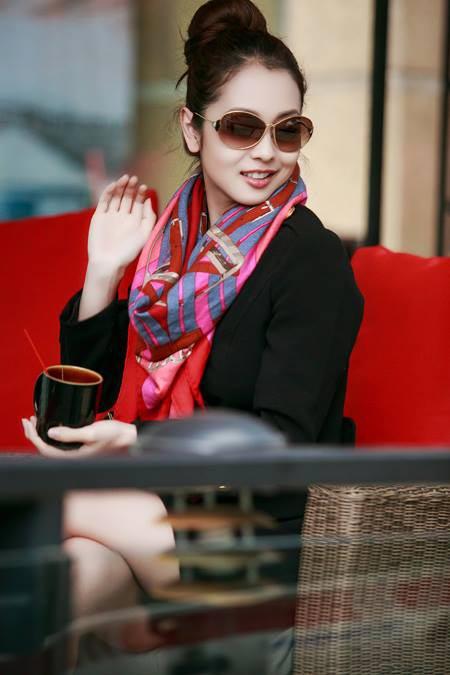 Jennifer Phạm thanh lịch đi uống cà phê-7