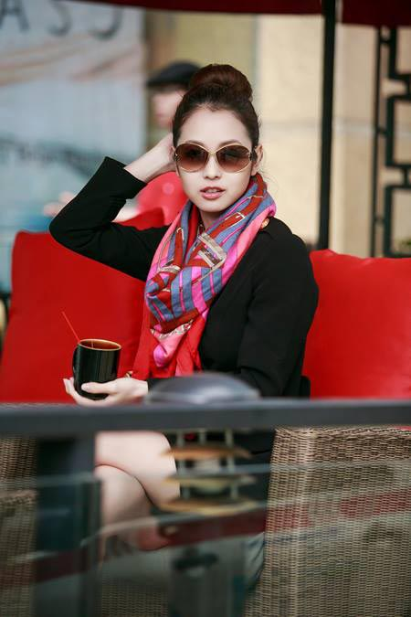 Jennifer Phạm thanh lịch đi uống cà phê-8