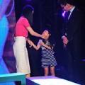 Làng sao sony - Con gái Trương Ngọc Ánh theo mẹ đến trường quay