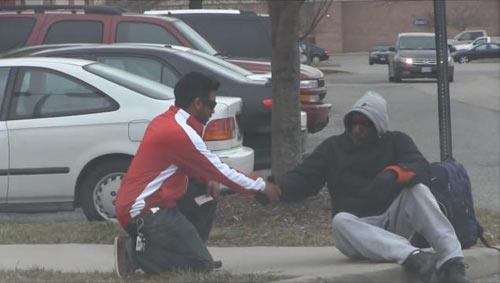 Người vô gia cư bật khóc khi trúng 1.000 USD-1
