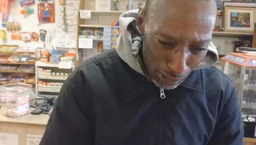Người vô gia cư bật khóc khi trúng 1.000 USD-4
