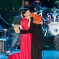 Làng sao - Tuấn Hưng ôm chặt Phi Nhung trước ngày cưới