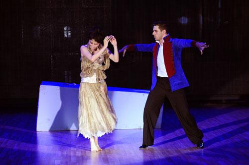 Diễm My hớ hênh vòng 1 trong lúc khiêu vũ-4